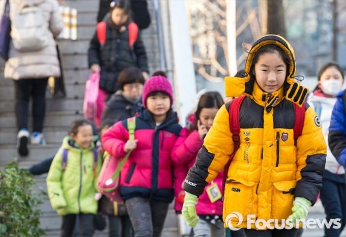 대설인 11월 7일 오전 서울 서대문구 미동초등학교에서 두꺼운 옷을 껴입은 어린이들이 등교하는 모습.  - 포커스뉴스 제공